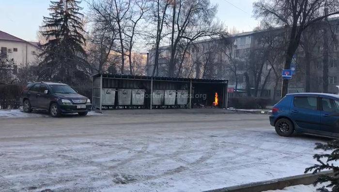 Двое мужчин грелись у мусорных баков на Чокморова-Тыныстанова: Один из них бездомный, второй сообщил о наличии квартиры, - мэрия Бишкека