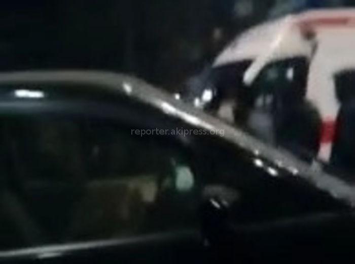 В центре Бишкека столкнулись 3 машины, среди пострадавших беременная женщина <i>(видео)</i>