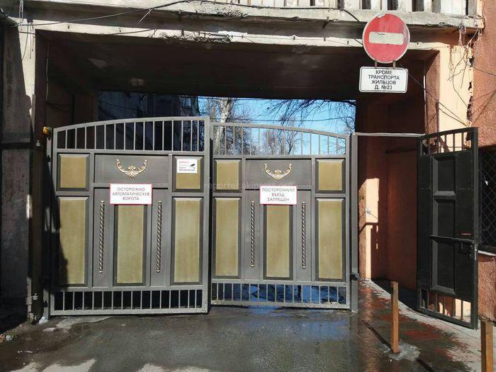 Законно ли установлены ворота при въезде во двор дома №23 по ул.Бейшеналиевой? - читатель (фото)
