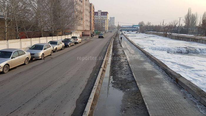Житель Бишкека просит осветить ул.Малдыбаева, а также решить проблему паркующихся машин на тротуарах (фото, видео)