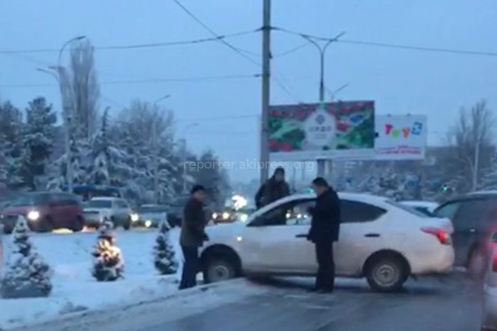 На Южной магистрали машина вылетела на бордюр (видео)