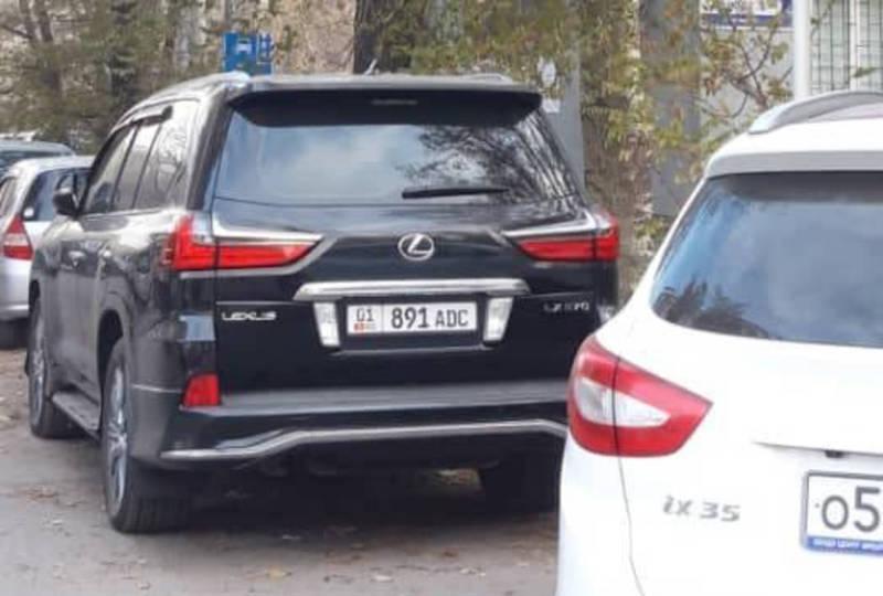 «Лексус LX 570» припарковали в запрещенной зоне. По Carcheck машина находится под залогом со штрафом в 16 тыс. сомов
