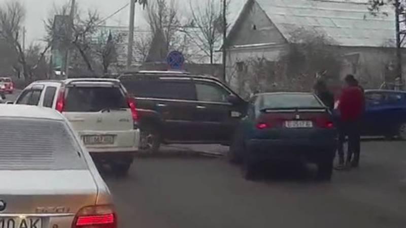 Видео — На Жукеева-Пудовкина—Койбагарова столкнулись «Лексус» и «Сеат»