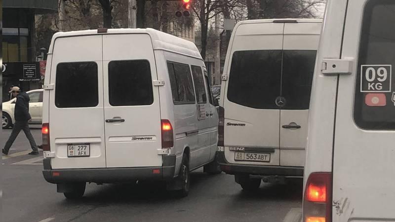На Байтик Баатыра-Токтогула два «Мерседес Спринтера» проехали по встречной полосе (фото)