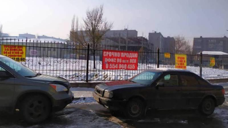 Фото — На забор школы №71 в 12 мкр развесили рекламные объявления
