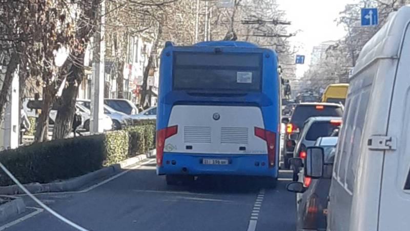 На Московской автобус выехал на встречную полосу (фото)