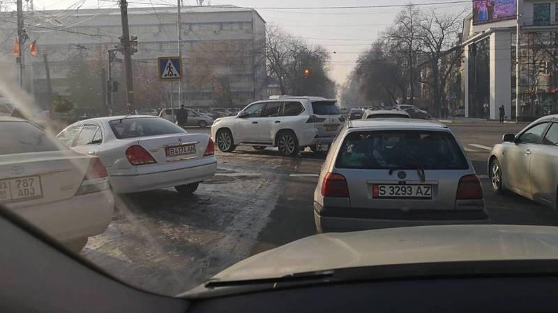 На Манаса-Токтогула «Лексус» припарковали на «зебре», он перекрыл половину полосы (фото)