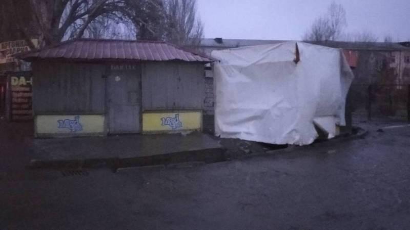 Жители улицы Кубаныч просят убрать павильоны с обочины дороги (фото)