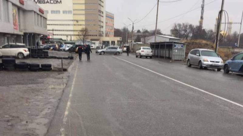 Фото — На ул.Осмонкула нет тротуара, люди ходят по проезжей части дороги