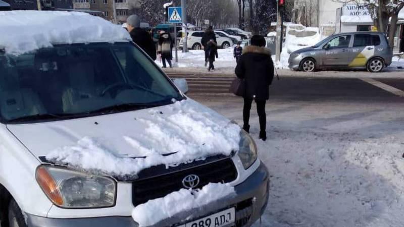 На ул.Нуркамал «Тойоту» припарковали на пешеходном переходе