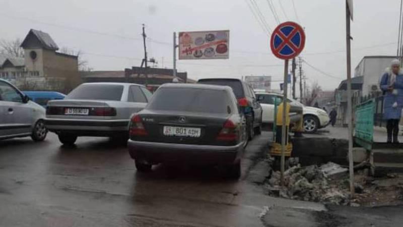 На ул.Бакиева в Жалал-Абаде водители паркуются в неположенном месте. Фото
