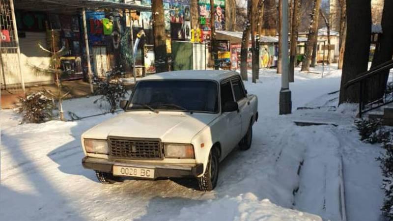Машина заехала на территорию парка Панфилова. Фото