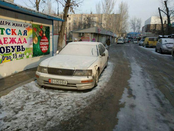 Уже несколько месяцев неизвестная машина стоит в переулке базарчика «Чынар», - бишкекчанин