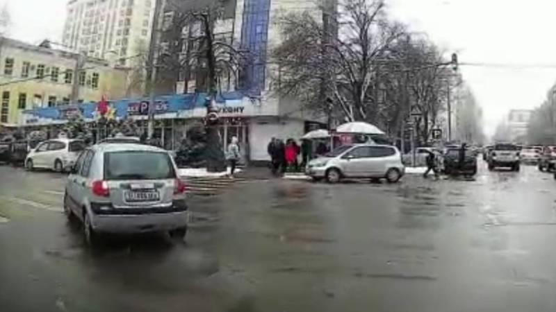 Бишкекчанин возмущен тем, что на ул.Исанова водители постоянно нарушают ПДД. Видео
