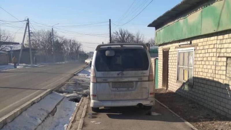На улице Лущихина «Ниссан» припарковали на тротуаре. Фото