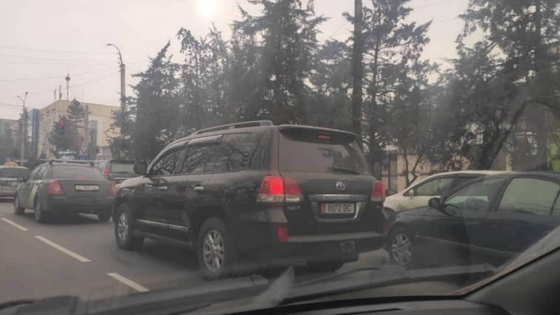 В центре Бишкека замечена полностью тонированная «Тойота». Фото