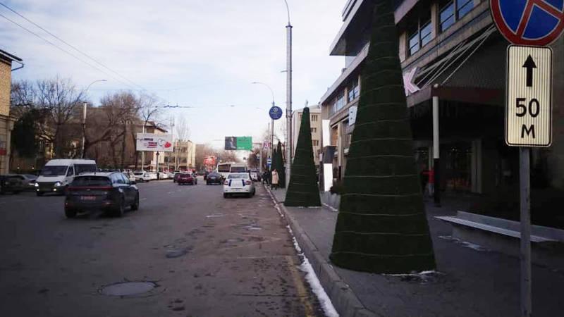 Улица Киевской очищена от автомобилей, припаркованных на проезжей части дороги - УПСМ