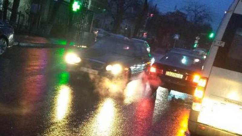 На Московской-Гоголя водитель легковушки объехал пробку по встречной полосе. Фото