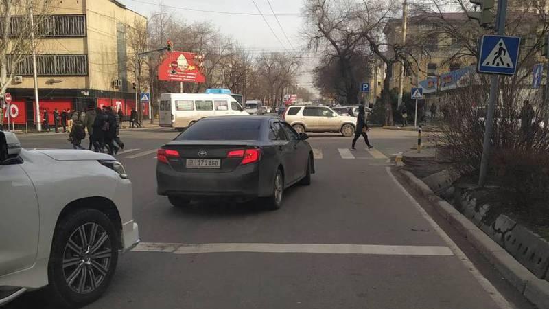 На улице Киевской водитель «Тойоты» выехал за стоп-линию.Фото