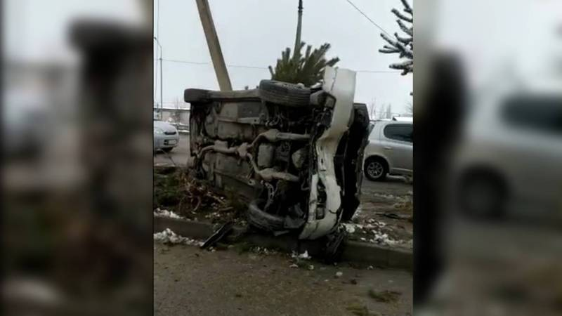 На улице Токомбаева перевернулась машина. Видео