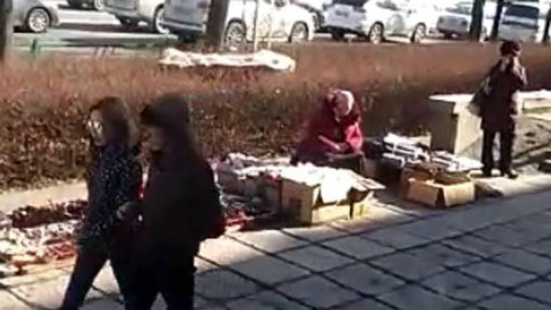 Бишкекчанин жалуется на стихийную торговлю на Абдрахманова-Московской. Видео