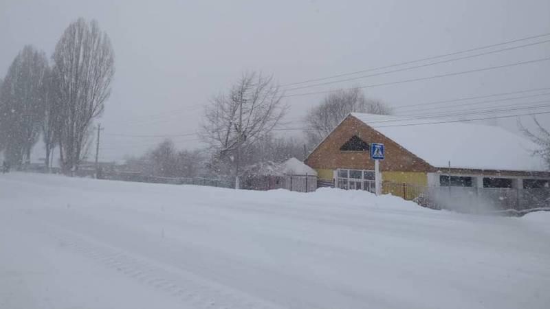 Снег на берегу озера Иссык-Куль. Видео, фото