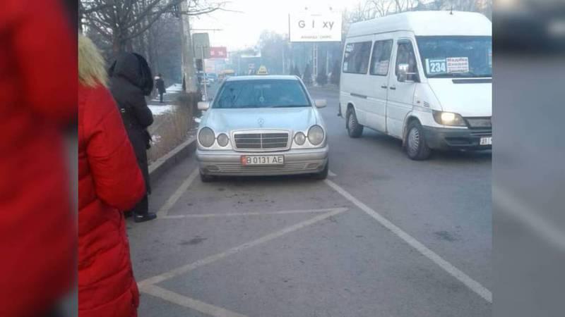 В микрорайоне Восток-5 таксисты паркуются на остановке. Фото