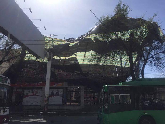 На Горького-Тыныстанова ветер снес металлическую конструкцию с крыши здания <i>(фото)</i>