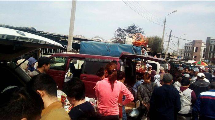 Торговцы Ошского рынка после недавнего пожара занимаются торговлей на улице (фото)