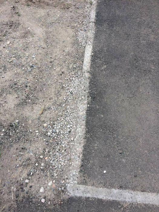 В Бишкеке бордюры тротуара на Орозбекова-Куренкеева начали сыпаться (фото)