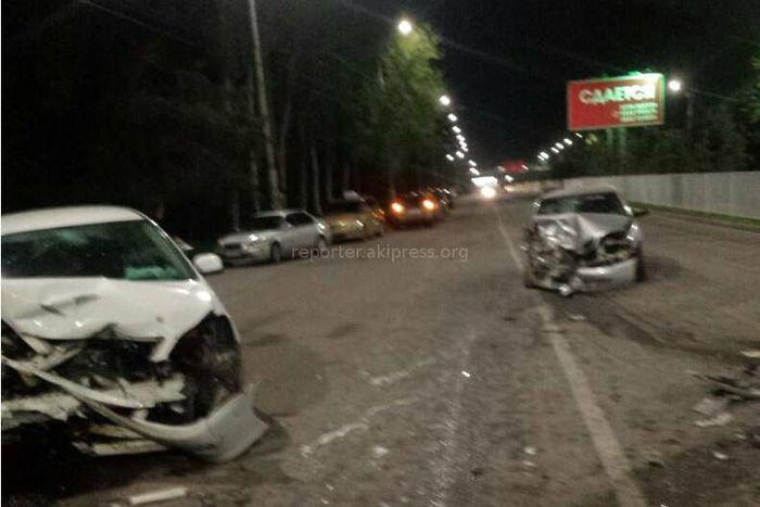 В Бишкеке на Чуй — Шабдан Баатыра лоб в лоб столкнулись две машины <i>(фото)</i>