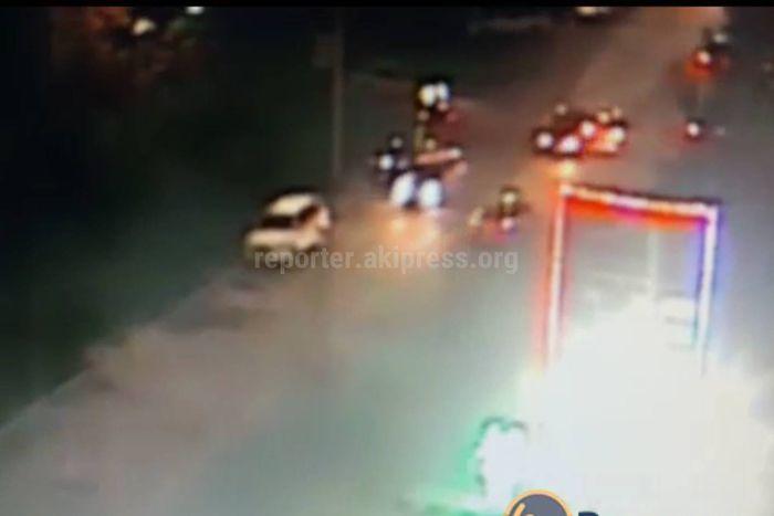 На ул.Юнусалиева в Бишкеке водитель BMW сбил пешехода и скрылся. Родственники пострадавшего просят откликнуться очевидцев ДТП <i>(видео)</i>