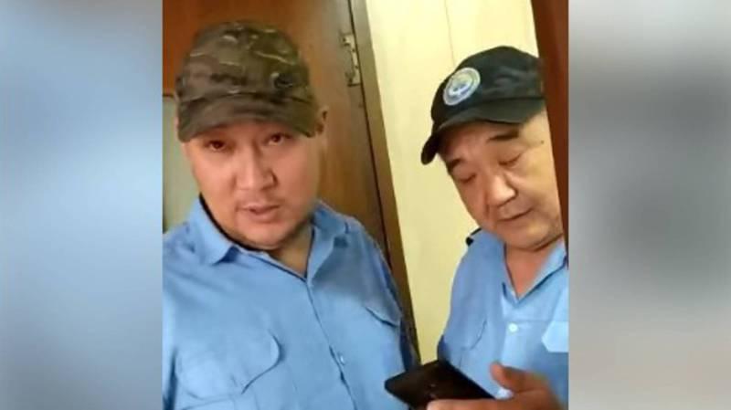 На КПП «Ак-Тилек» произошел конфликт: сотрудник назвал водителя «сасык, терпила» и выбил из руки телефон. Видео