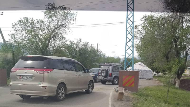 Законно ли стоит блокпост на въезде в село Байтик? - очевидец. Фото