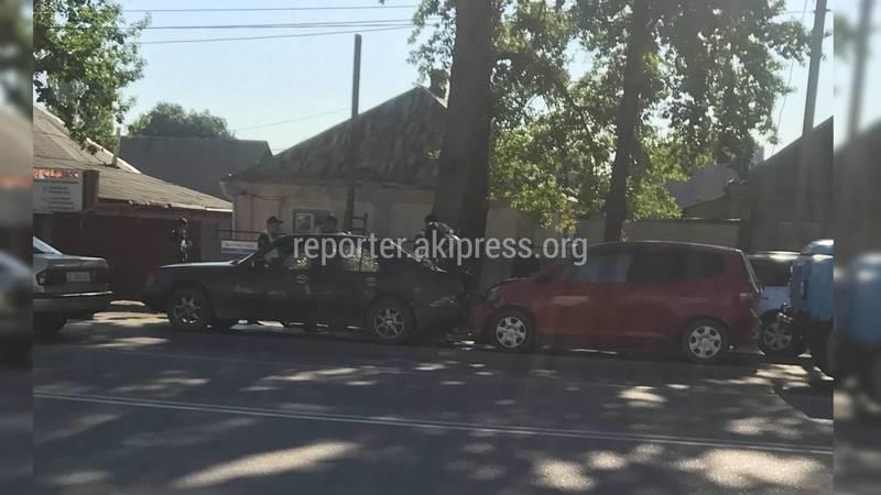 В Бишкеке «Фит» врезался в «Мерседес»