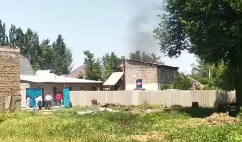 Пожар в Новопокровке. Горит двухэтажная постройка