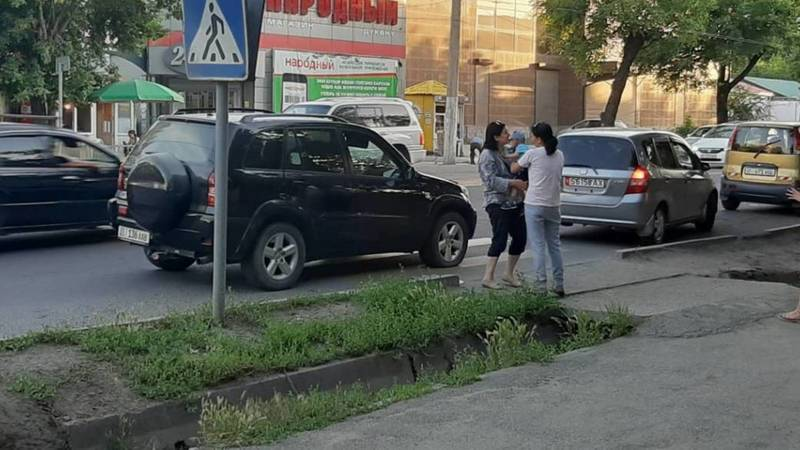 Женщина припарковала свой автомобиль на пешеходном переходе и мешала прохожим, - очевидец. Фото