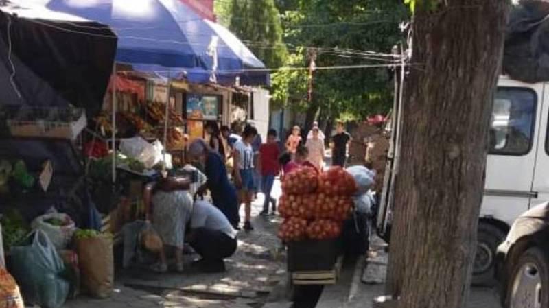 Уличные продавцы заняли тротуар на ул.Айни. Фото местного жителя