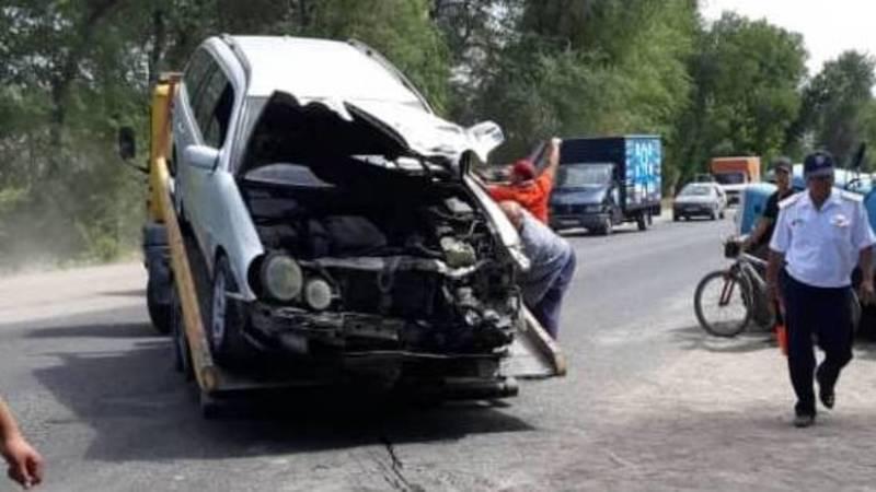 В Маевке «Мерседес» столкнулся с грузовиком «Тазалыка». Фото очевидца