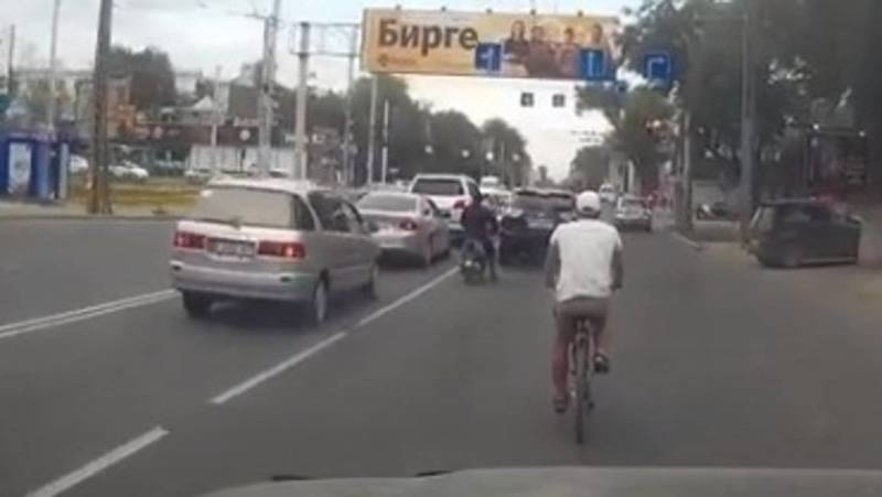 Велосипедист едет по дороге на ул.Ахунбаева. Видео