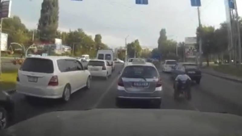 В Бишкеке попрошайки создают аварийные ситуации на дорогах. Видео