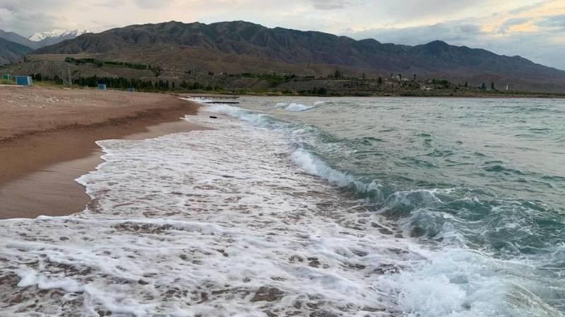 Невероятно красивые волны на южном берегу Иссык-Куля. Фото