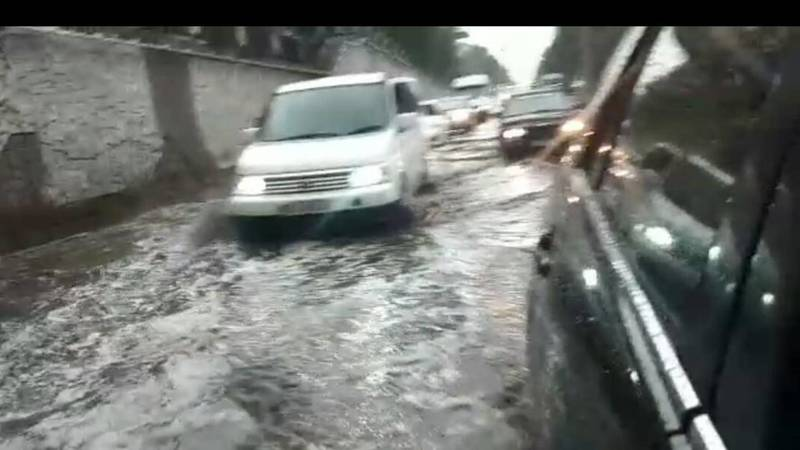 Видео — В результате ливня проспект Манаса затопило