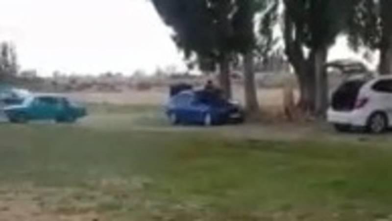 Машины заезжают на пляж села Бает. Видео местного жителя