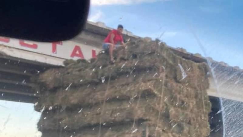 Грузовик с тюками сена не поместился под мостом. Фото очевидца