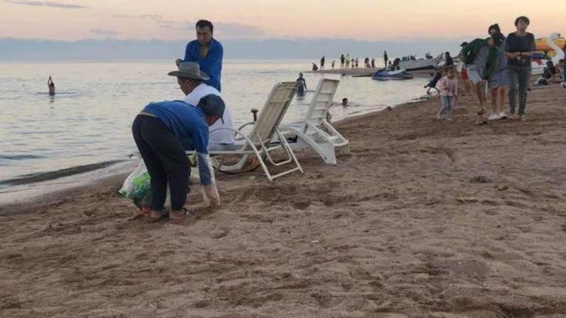 На Иссык-Куле мальчики убирают мусор на пляже. Фото и видео