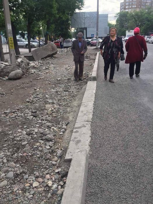 Когда сделают тротуар на Жибек Жолу—Тоголок Молдо? - бишкекчанин