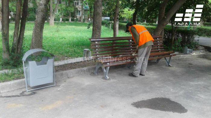 «Тазалык» установил скамейки в парке имени Тоголок Молдо <i>(фото)</i>