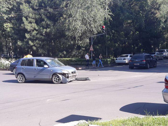 Фото — В центре Бишкека столкнулись «Мазда» и «Хонда»