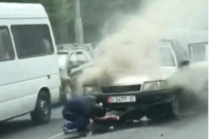 Видео — В центре Бишкека сильно задымилась легковушка